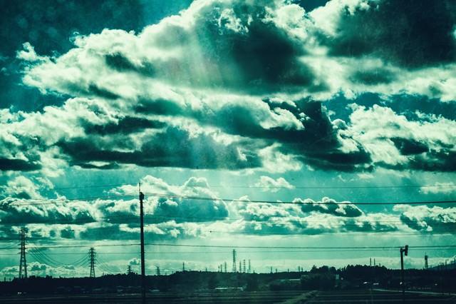 送電線が立ち並ぶ田舎の情景の写真