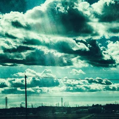 「送電線が立ち並ぶ田舎の情景」の写真素材