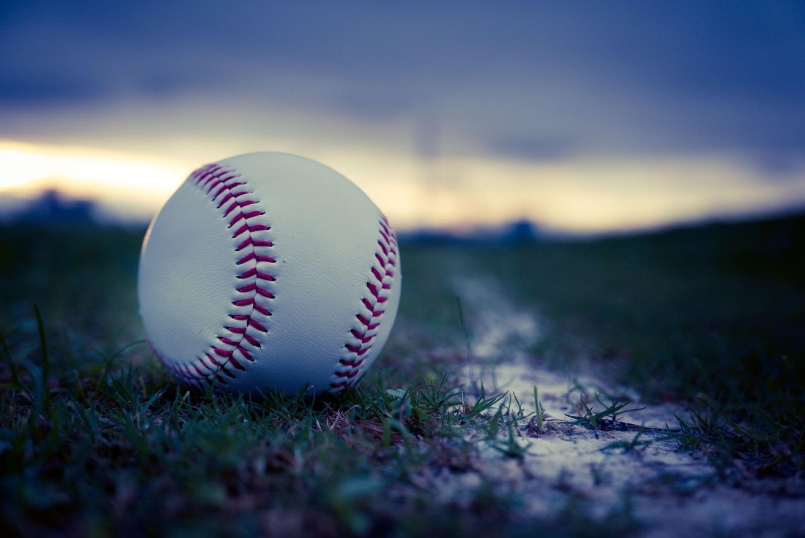 「夕暮れと硬球」の写真