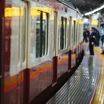 車両が停車するのを待つ利用者達(京急逗子線)の写真