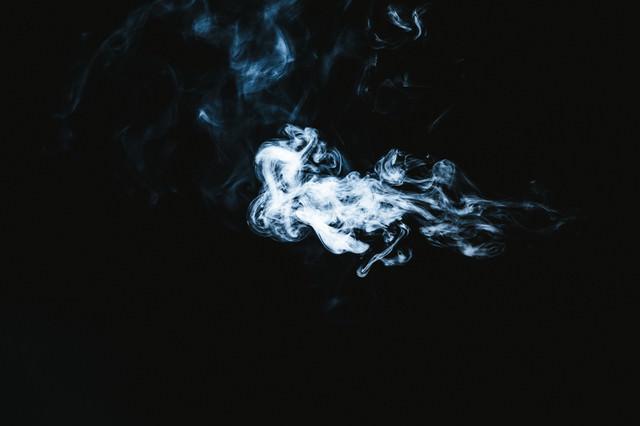吹きだされた煙の写真