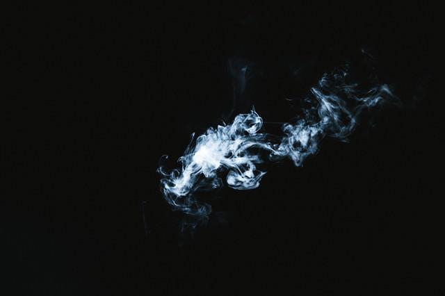 風にながされる煙の写真