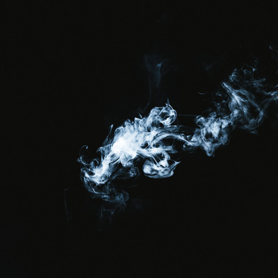 「風にながされる煙」の写真素材