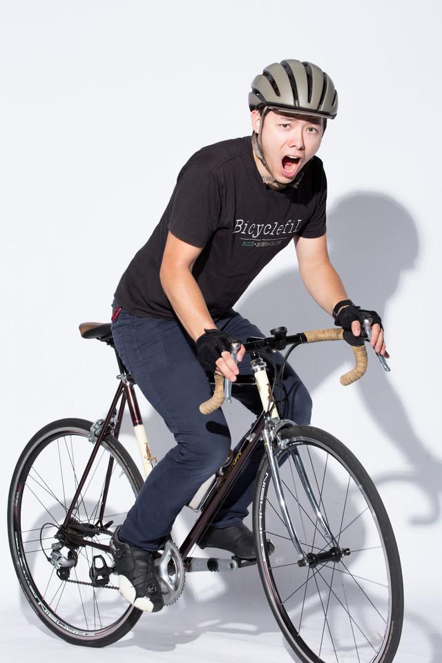 ロードバイクで会場入りの写真