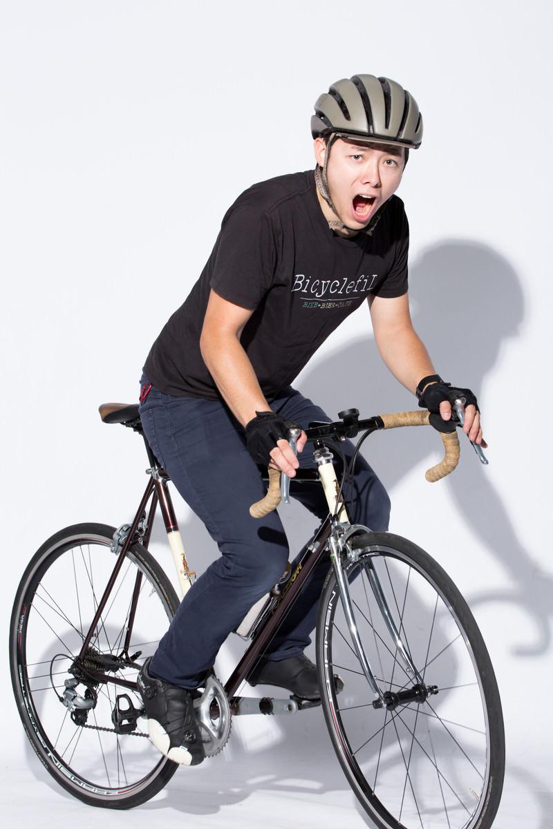 「ロードバイクで会場入り」の写真[モデル:けんたさん]