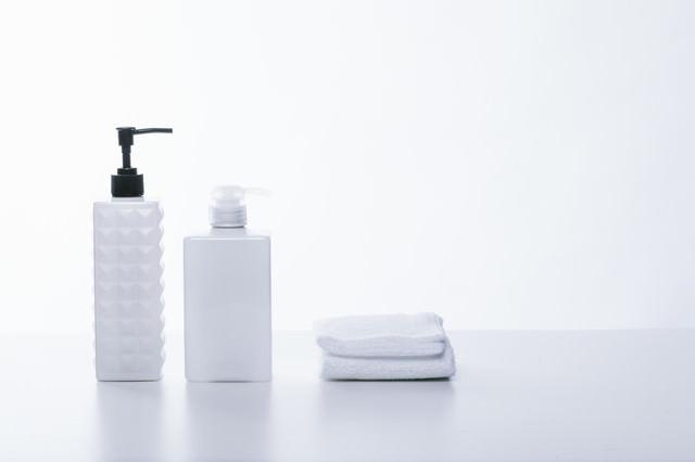 シャンプー用の容器とタオルの写真