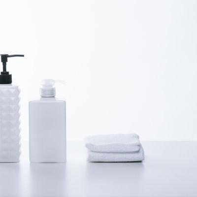 「シャンプー用の容器とタオル」の写真素材