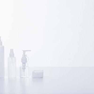 「スキンケアボトルとコットン」の写真素材