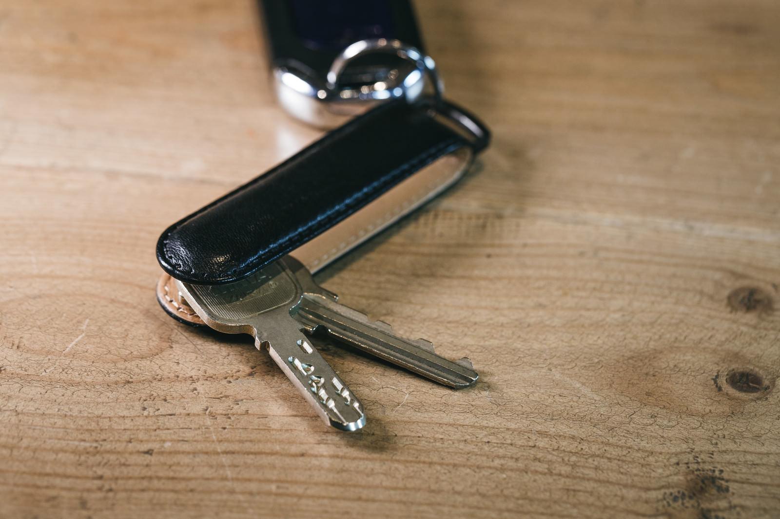 「キーケースに取り付けたディンプルタイプとU9タイプの鍵」の写真