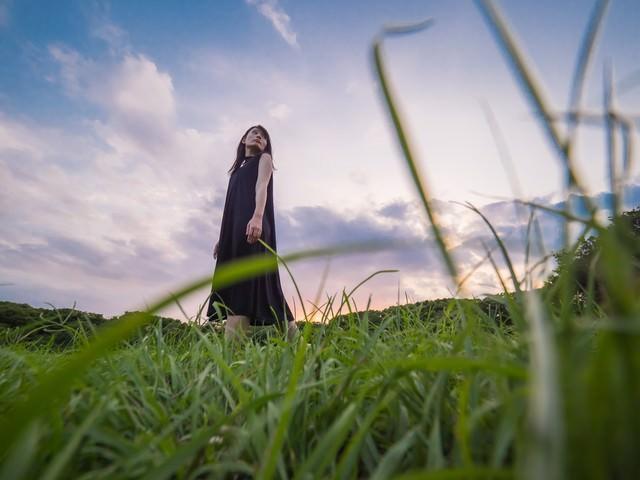 公園を彷徨く黒いワンピースのおねえさんの写真