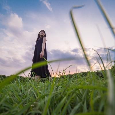 「公園を彷徨く黒いワンピースのおねえさん」の写真素材