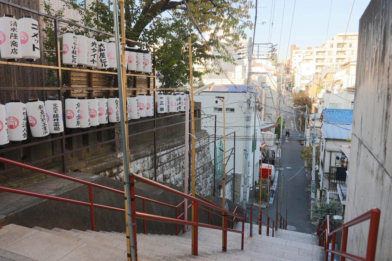 「酉の市中の東京四谷須賀神社の階段前」の写真