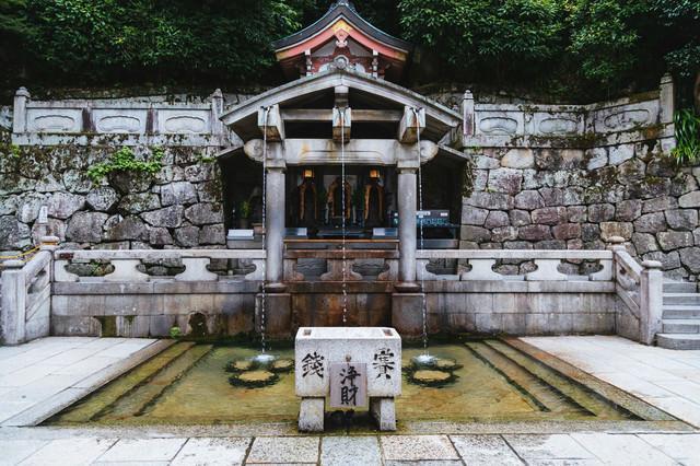 京都・清水寺の「音羽の滝」の写真