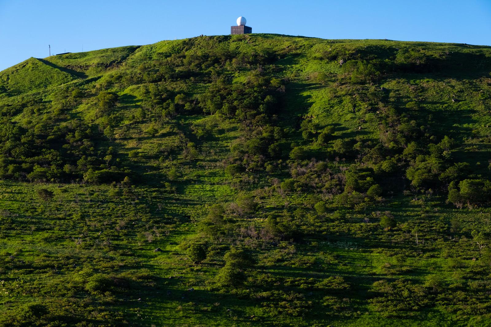「山のてっぺんにある車山気象レーダー観測所」の写真