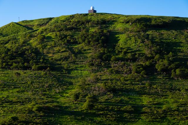 山のてっぺんにある車山気象レーダー観測所の写真