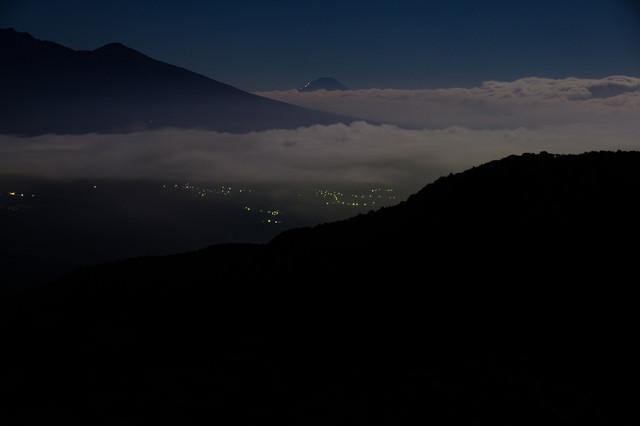 山頂から街の夜景の写真