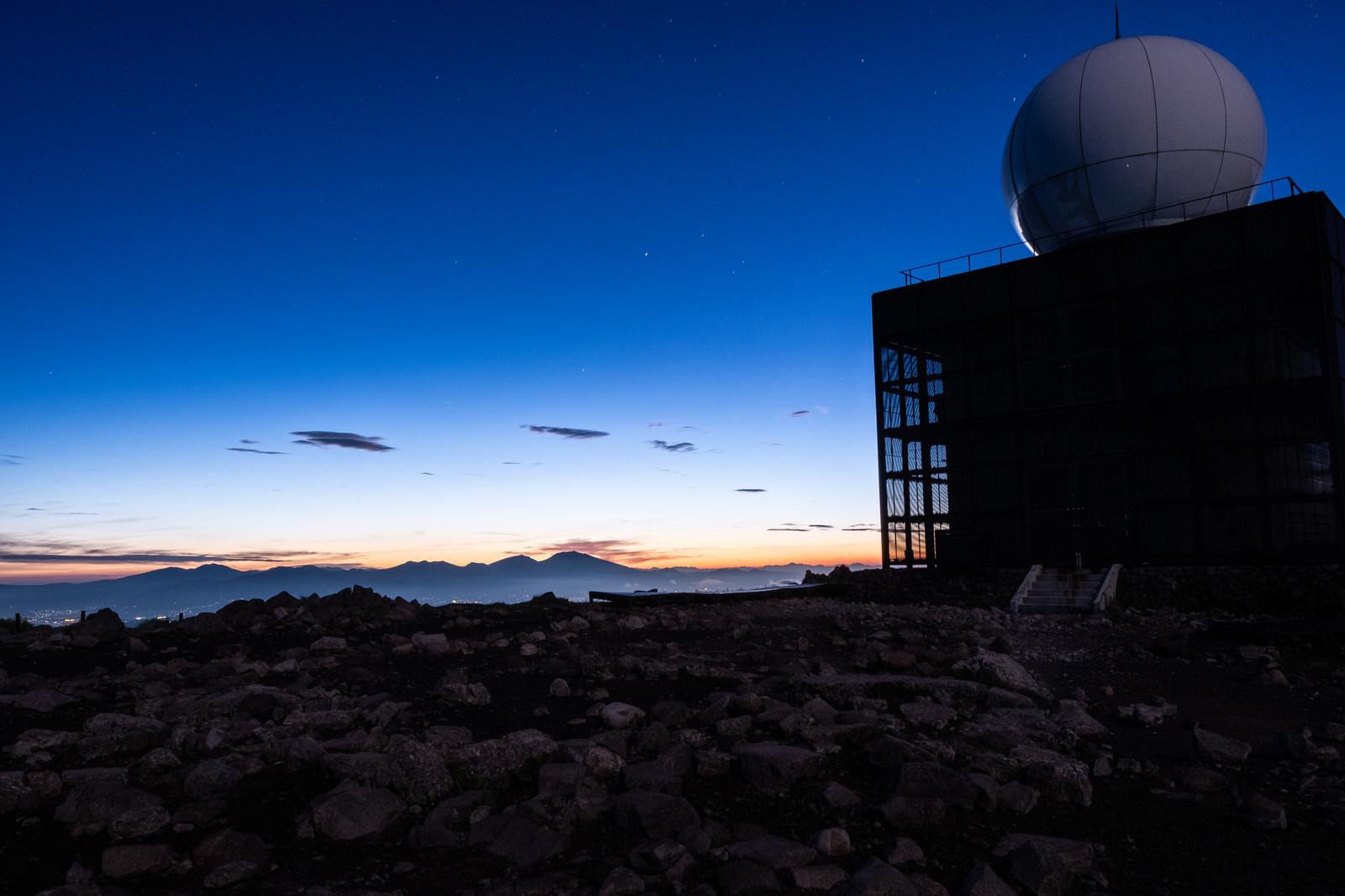 「車山気象レーダー観測所と夕焼け空」の写真