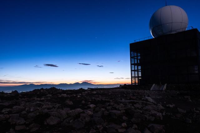車山気象レーダー観測所と夕焼け空の写真