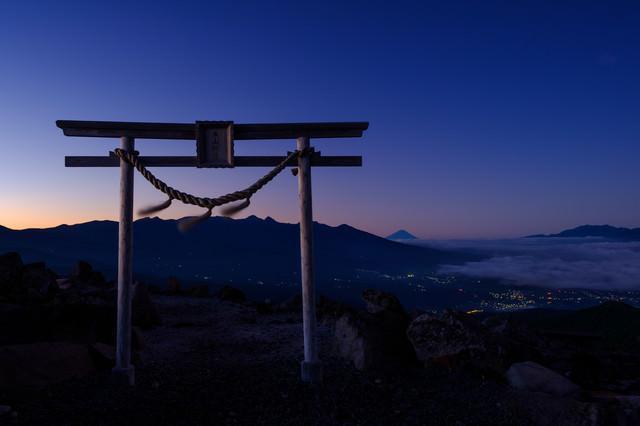 霧ケ峰高原・夕暮れの車山神社の鳥居の写真