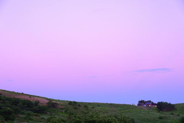 紫の空と霧ヶ峰高原の写真