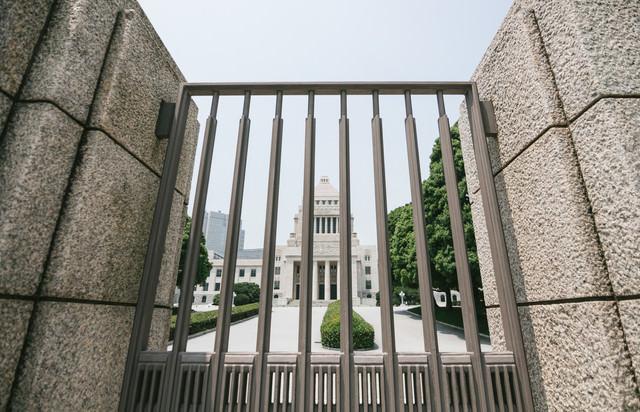 柵越しの国会議事堂の写真