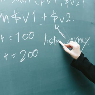「黒板に書かれたコード」の写真素材