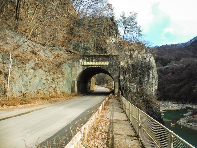 八ッ場ダム完成後に水没予定の旧国道145の写真
