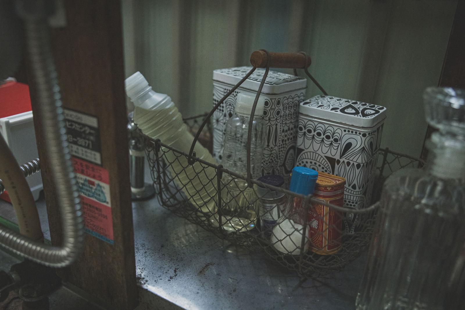「台所に置かれた調味料」の写真