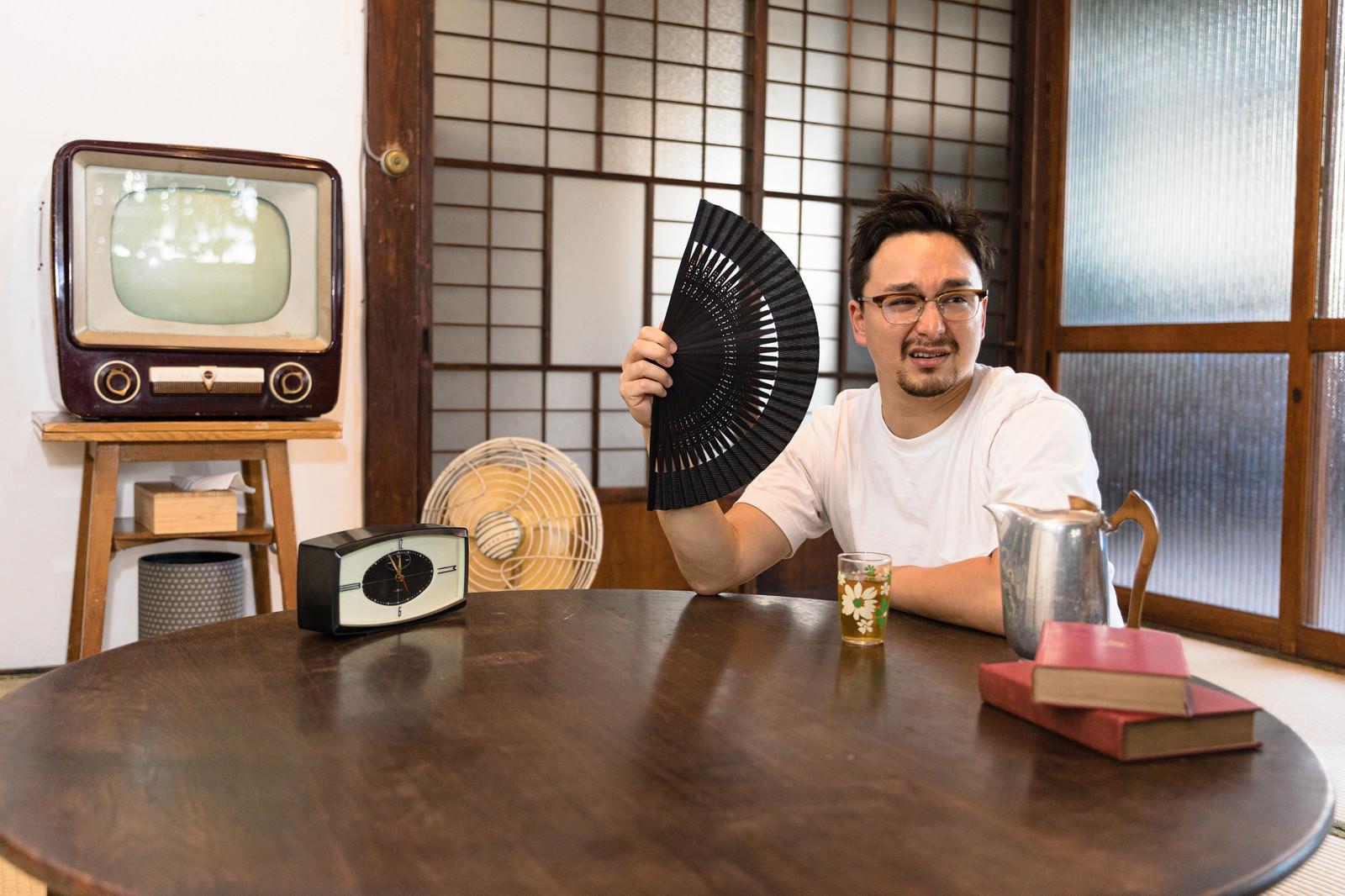 「古民家に民泊したものの冷房がなくて暑い外国人」の写真[モデル:Max_Ezaki]