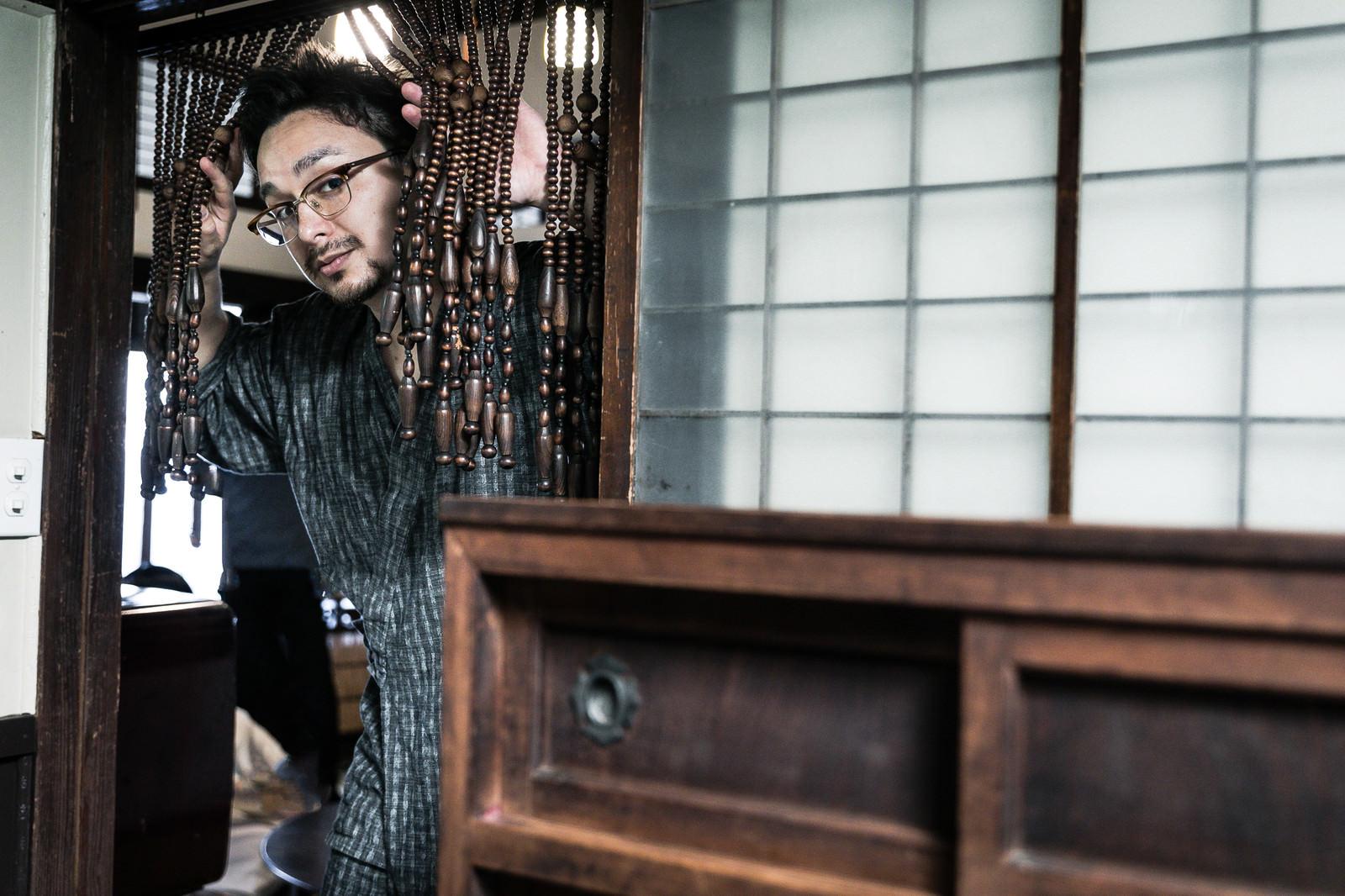 「小民家の台所から出てきた外国人」の写真[モデル:Max_Ezaki]