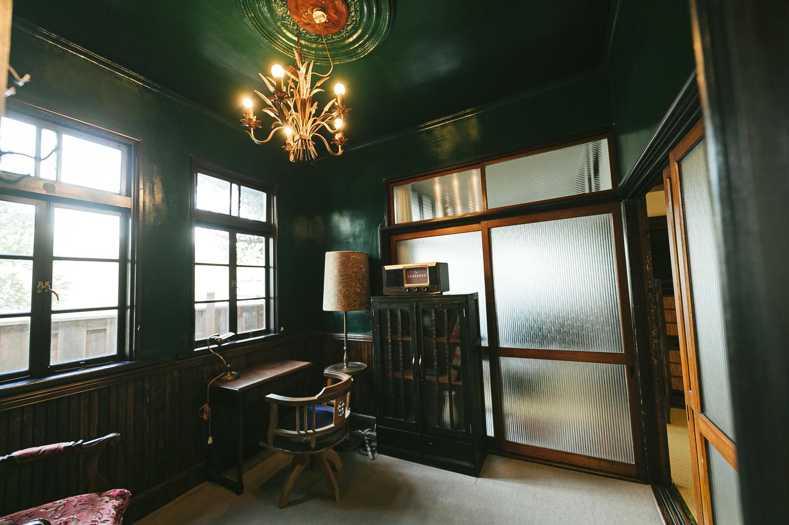 「当時は上流層が住んでいたであろう古い洋室」の写真