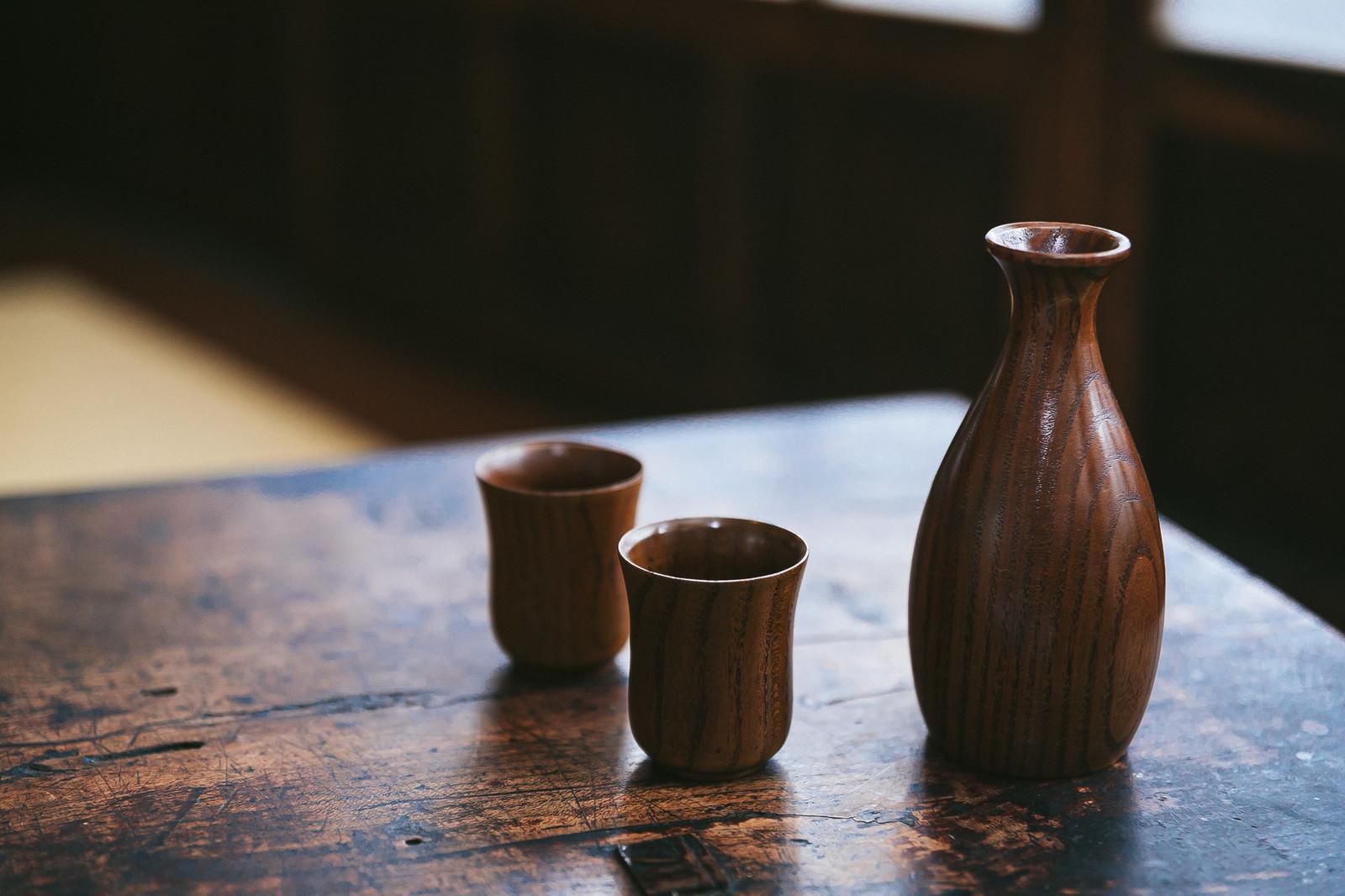 「木目のテーブルととっくり」の写真