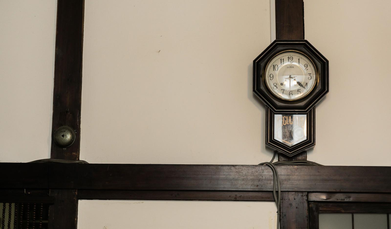 「古い掛時計」の写真