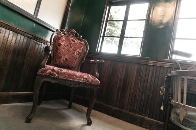 洋館のゴージャスな椅子の写真