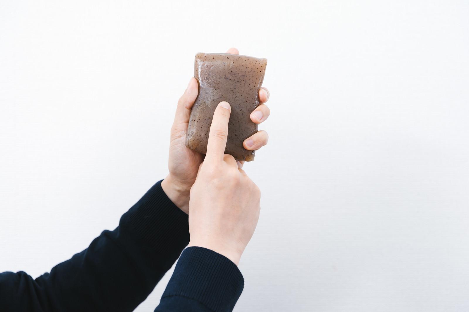 「こんにゃくのツボを指さす男性」の写真[モデル:大川竜弥]
