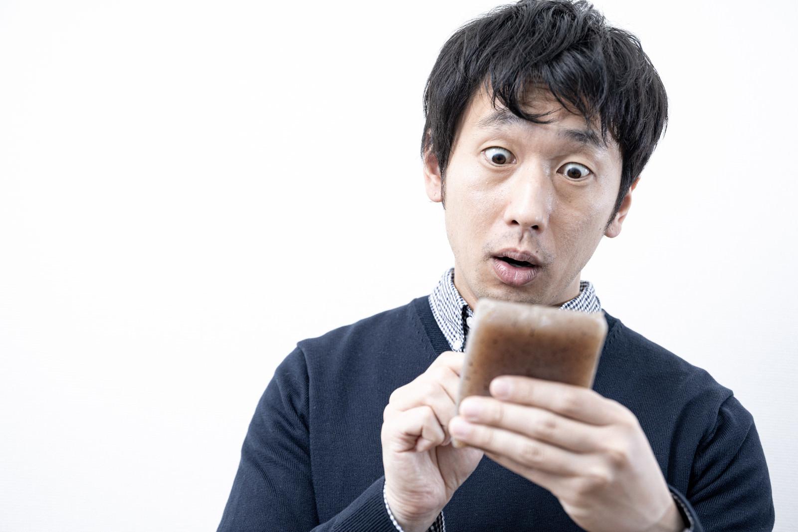 「愛用していたスマートフォンがこんにゃくだった時」の写真[モデル:大川竜弥]