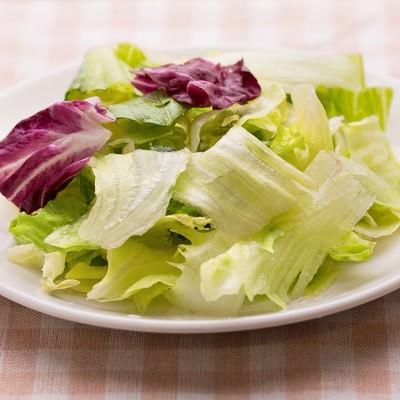 「お皿に盛られたみずみずしいサラダ」の写真素材