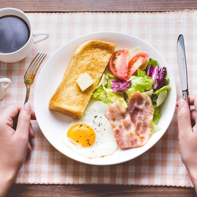 「朝食はコーヒーとパン、目玉焼きにベーコン」の写真素材