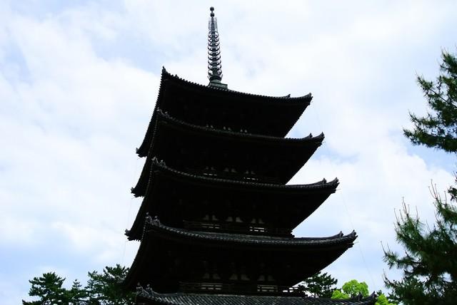 五重塔のシルエットの写真