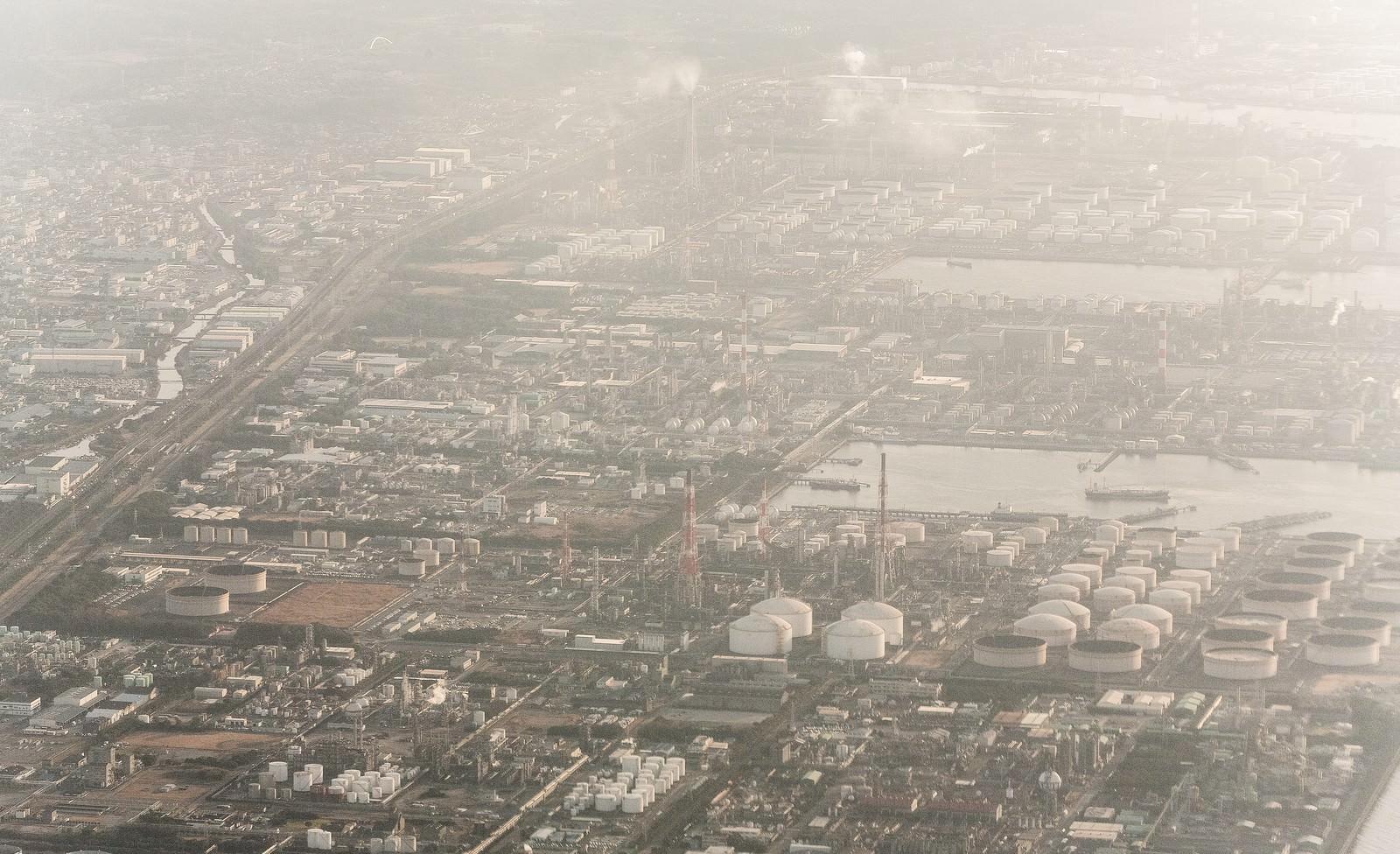 「日が落ちる工業地帯日が落ちる工業地帯」のフリー写真素材を拡大