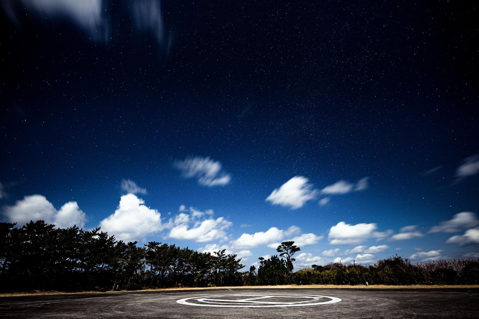 神津島ヘリポート場から見える星空のフリー素材