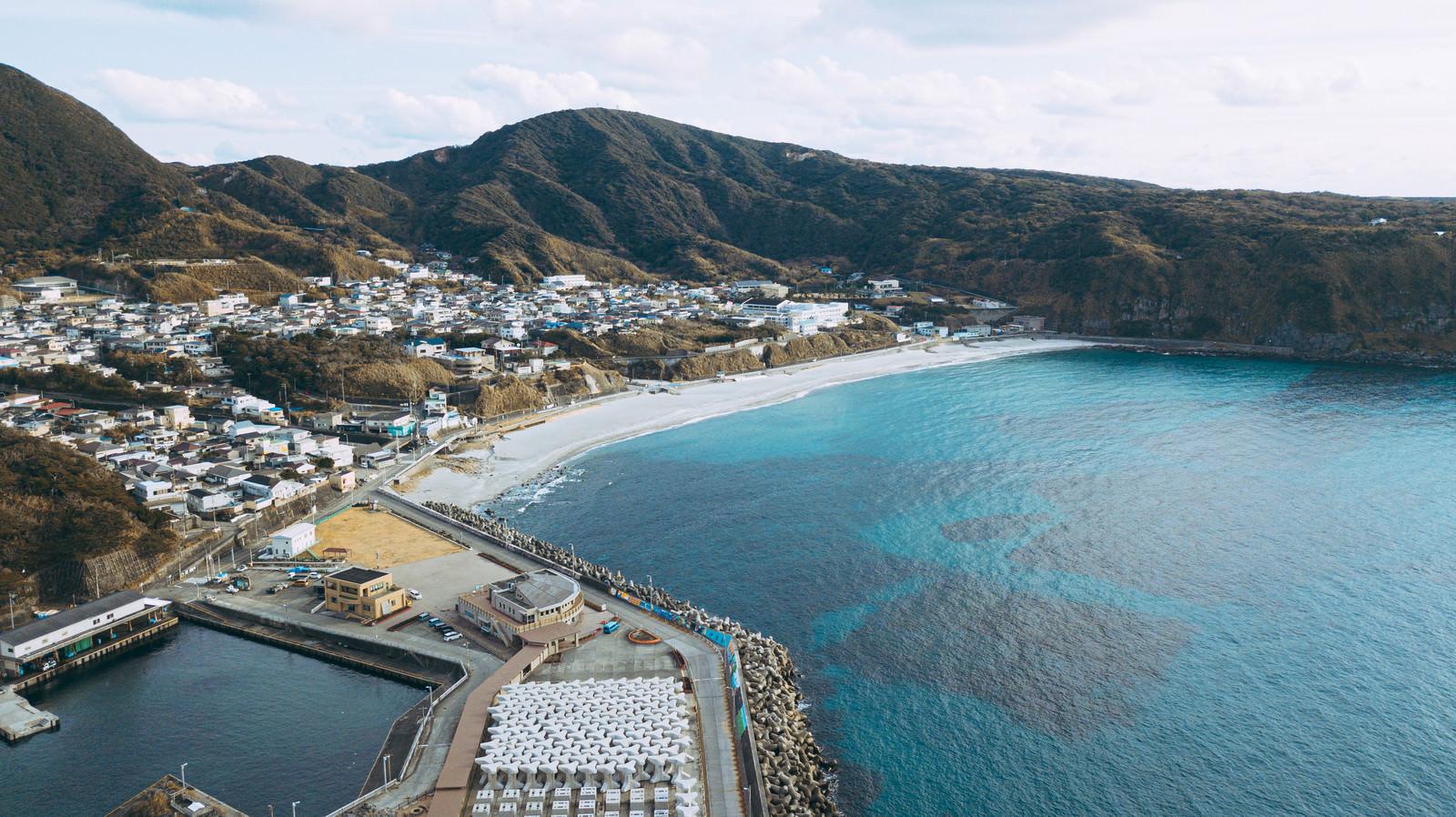 神津島の前浜海岸と街並みのフリー素材