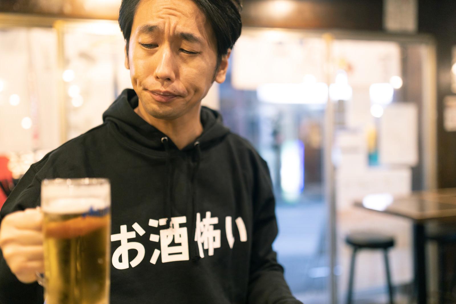 「これ、発泡酒じゃない?」の写真[モデル:大川竜弥]
