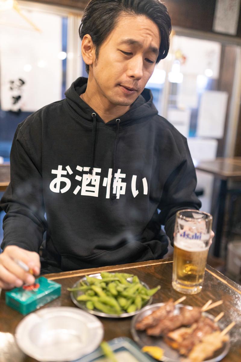 「お酒もタバコもやめられない男性」の写真[モデル:大川竜弥]