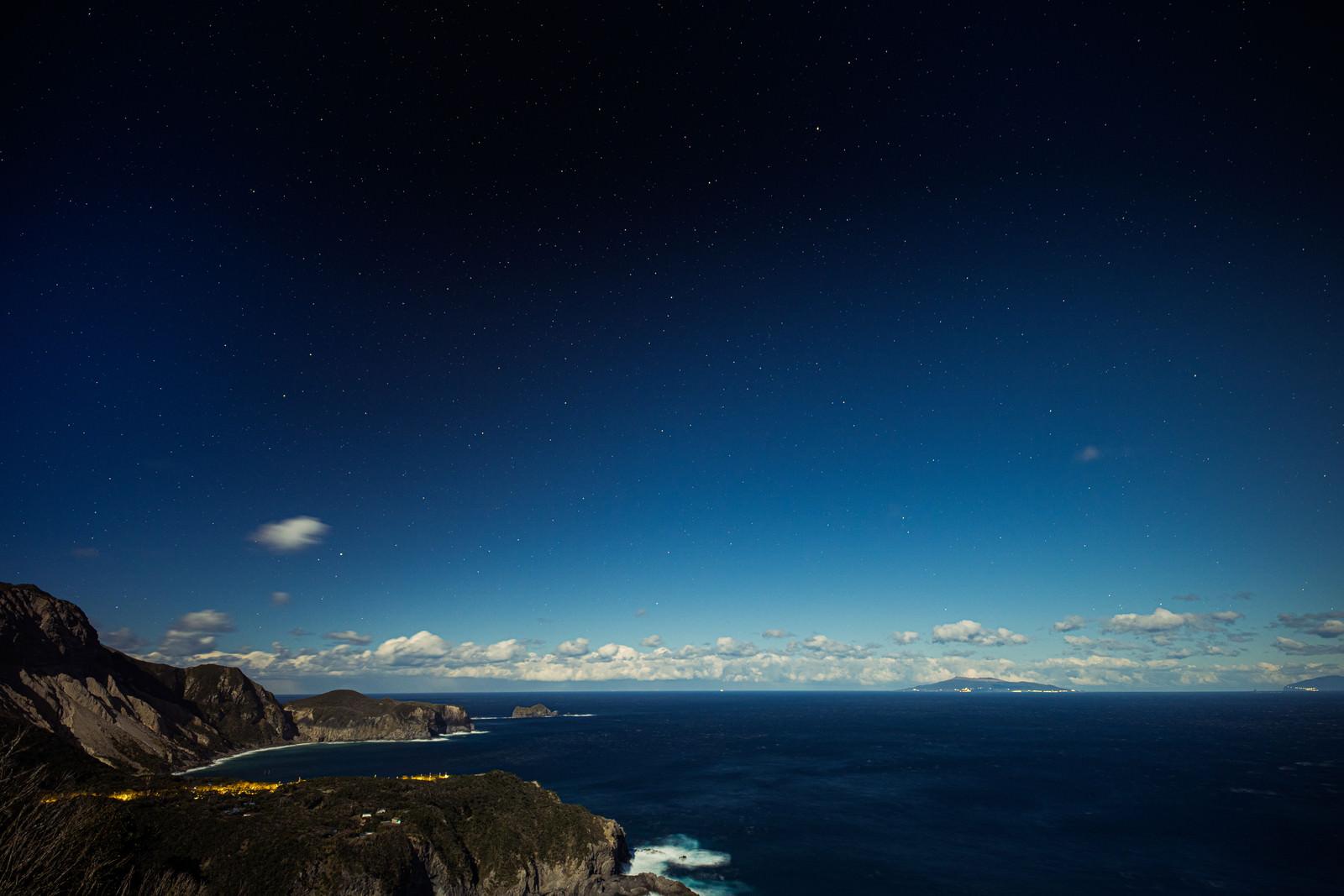 神津島三浦展望台から撮影した多幸湾の夜景のフリー素材