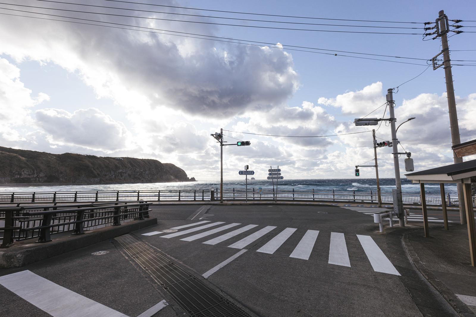 神津島にある信号機と海岸のフリー素材