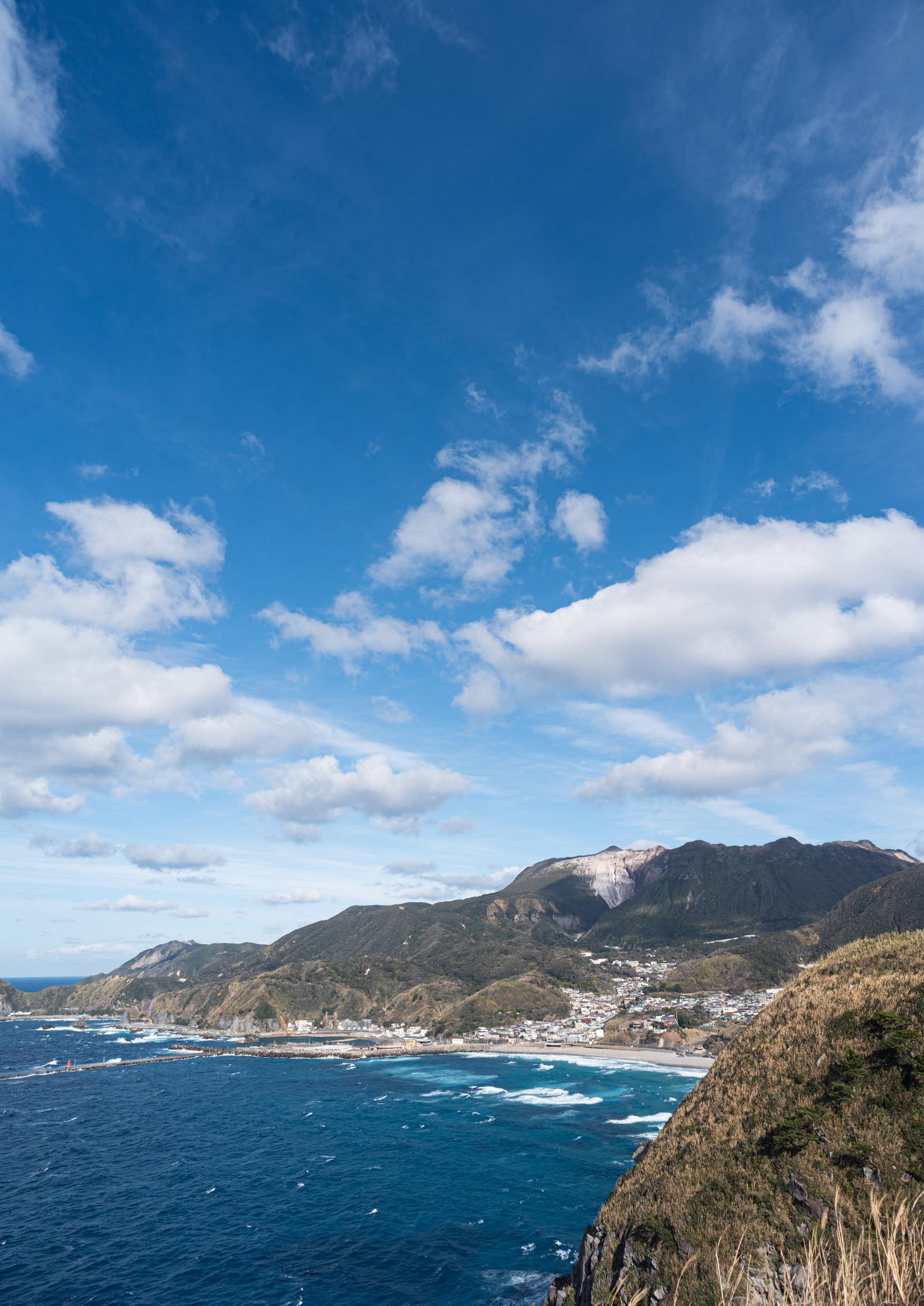 青空と神津島の様子のフリー素材