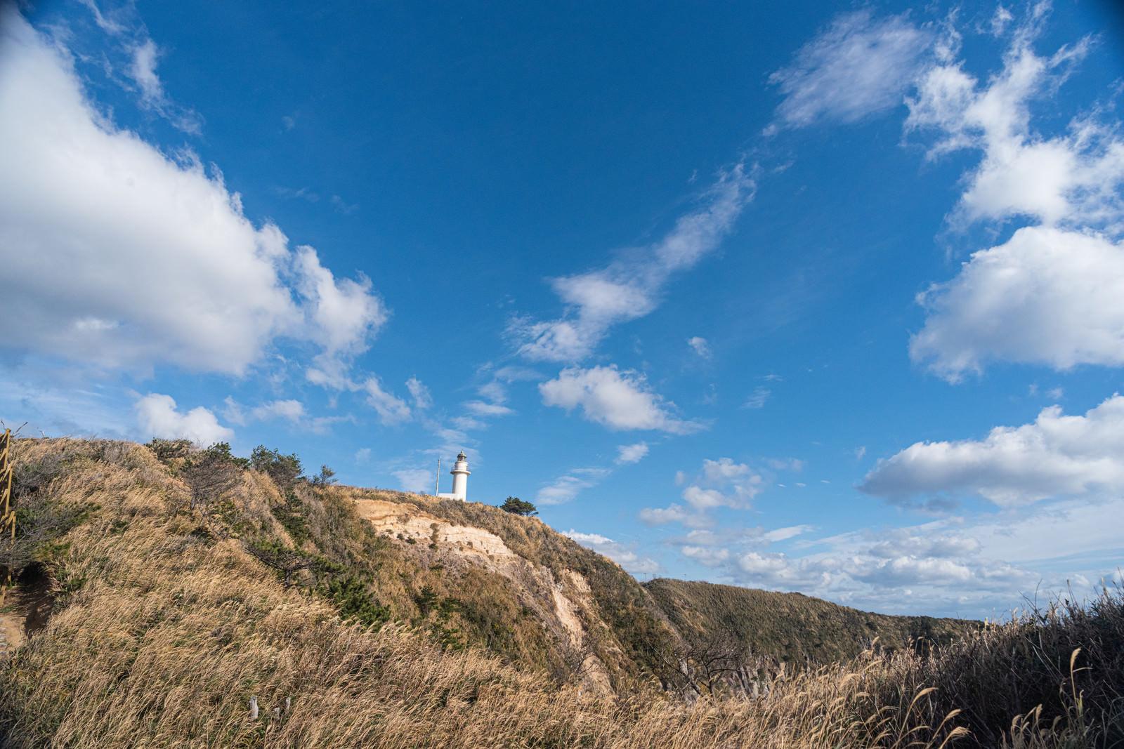 丘上の神津島灯台のフリー素材