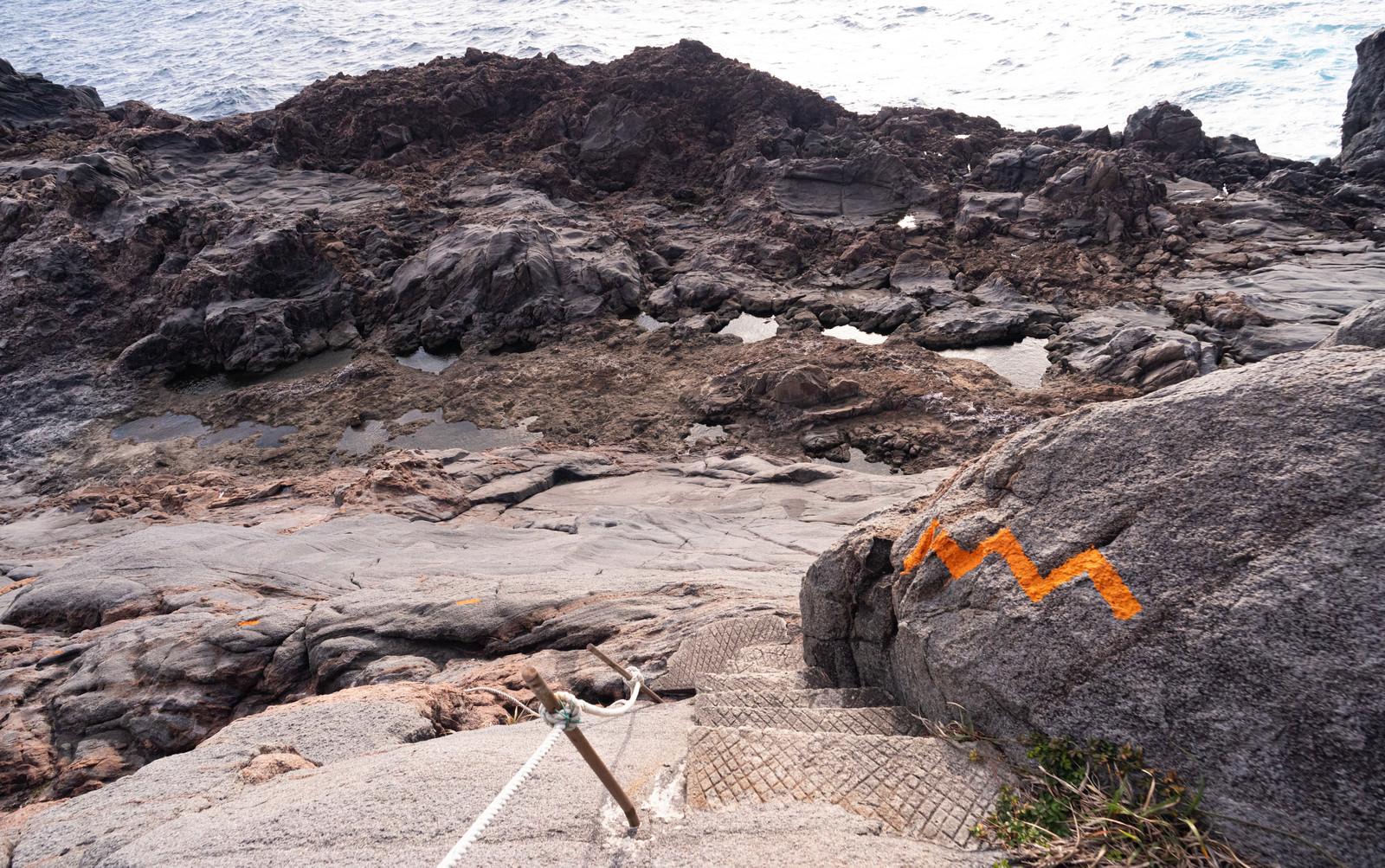 神津島の千両池への険しい道のフリー素材