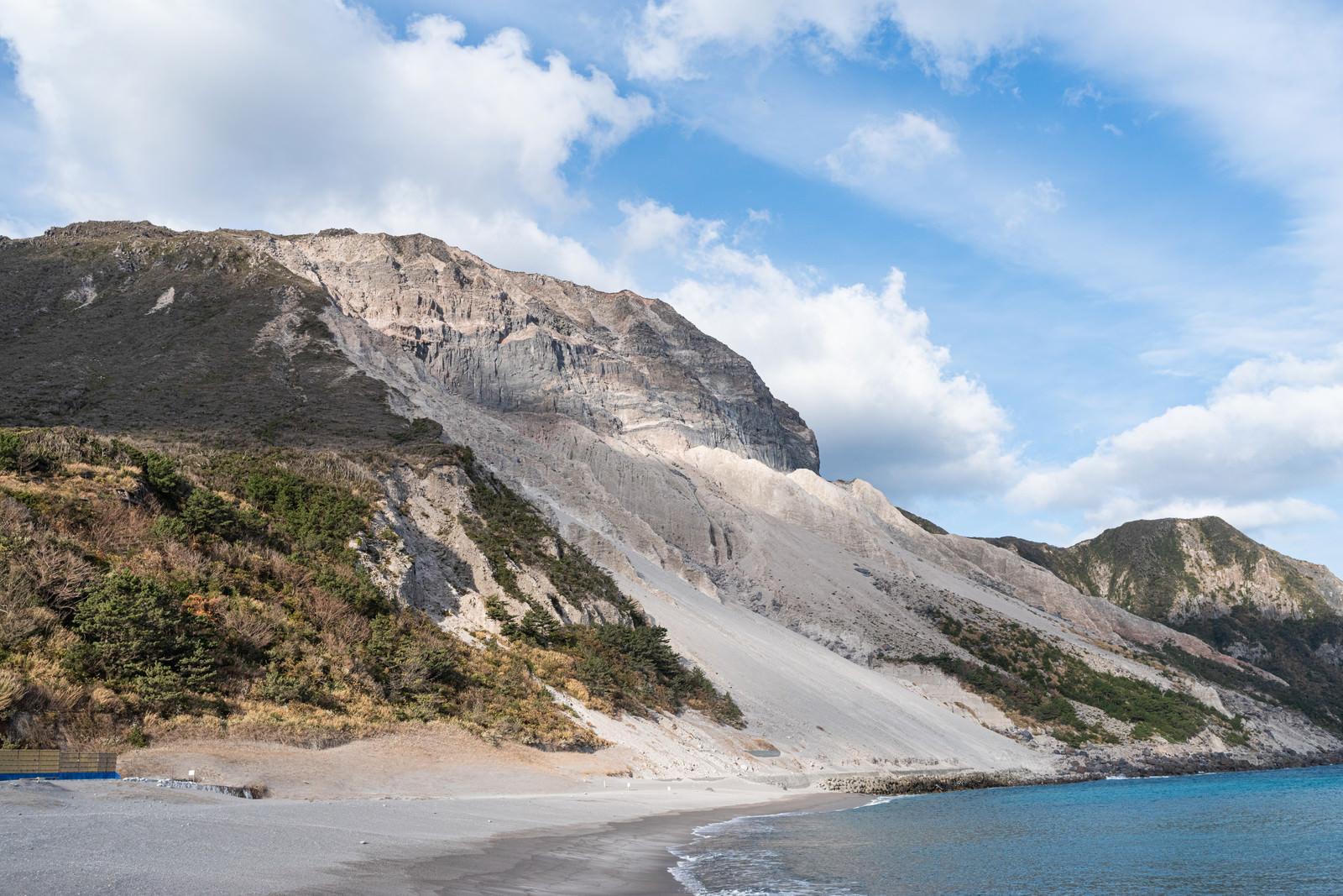 多幸湾海水浴場と崩れた山のフリー素材